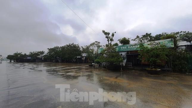 Gió giật mưa lớn, đường sá tại Huế không bóng người ảnh 16