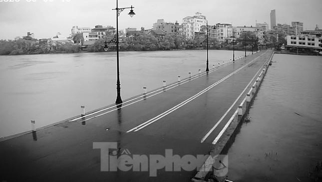 Gió giật mưa lớn, đường sá tại Huế không bóng người ảnh 4