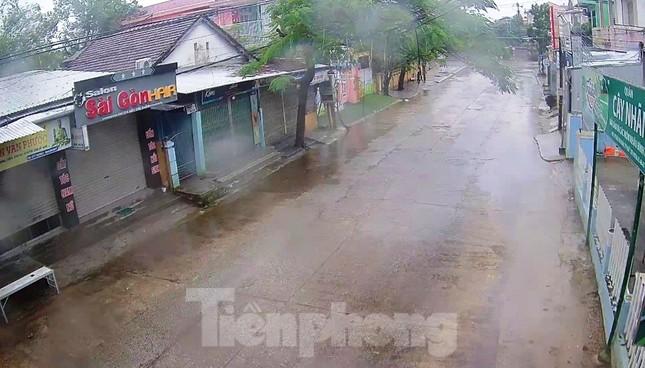 Gió giật mưa lớn, đường sá tại Huế không bóng người ảnh 6