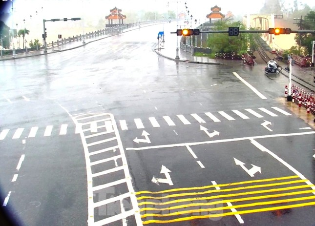 Gió giật mưa lớn, đường sá tại Huế không bóng người ảnh 7