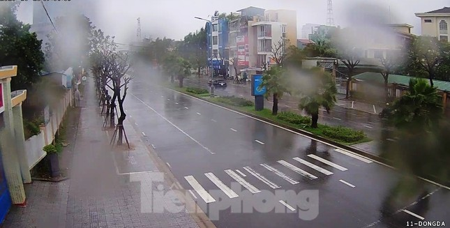 Gió giật mưa lớn, đường sá tại Huế không bóng người ảnh 2
