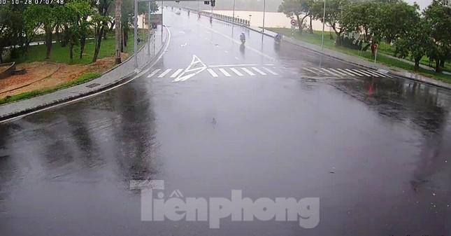 Gió giật mưa lớn, đường sá tại Huế không bóng người ảnh 9