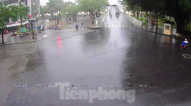 Gió giật mưa lớn, đường sá tại Huế không bóng người ảnh 10