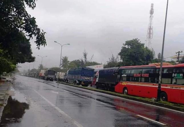Đội mưa tiếp tế cơm, bánh mì cho tài xế, hành khách bị kẹt do bão số 9 ảnh 2