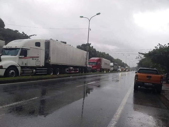 Đội mưa tiếp tế cơm, bánh mì cho tài xế, hành khách bị kẹt do bão số 9 ảnh 1