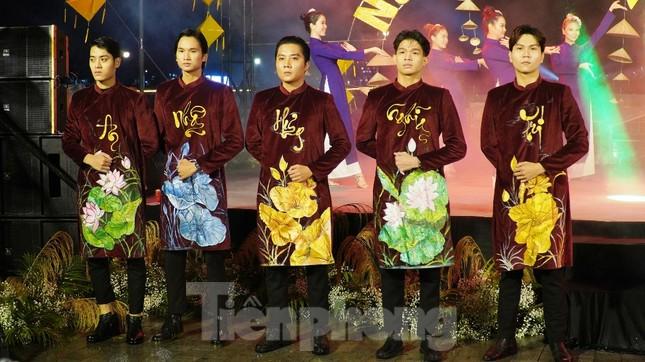 Mãn nhãn 'đại tiệc' áo dài lớn nhất từ trước tới nay bên dòng sông Hương thơ mộng ảnh 15