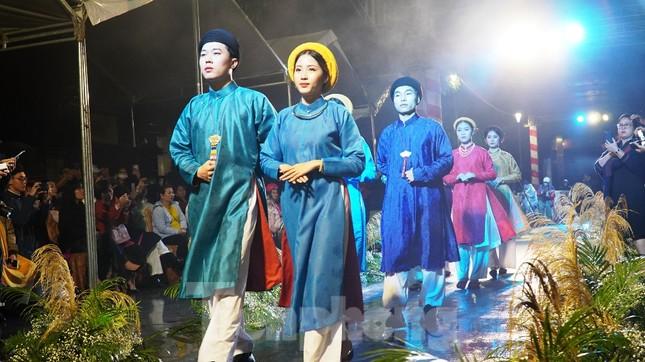 Mãn nhãn 'đại tiệc' áo dài lớn nhất từ trước tới nay bên dòng sông Hương thơ mộng ảnh 3