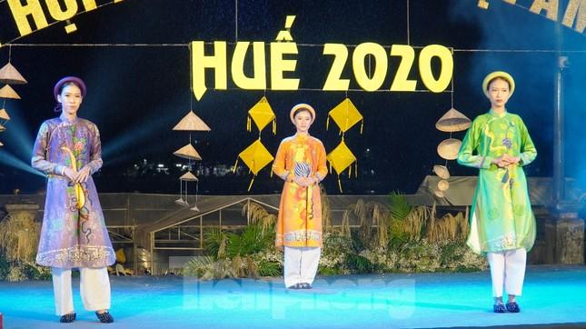 Mãn nhãn 'đại tiệc' áo dài lớn nhất từ trước tới nay bên dòng sông Hương thơ mộng ảnh 9