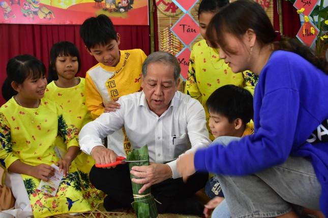 Chủ tịch tỉnh TT-Huế tự tay gói bánh tét mừng Tết trẻ mồ côi ảnh 1