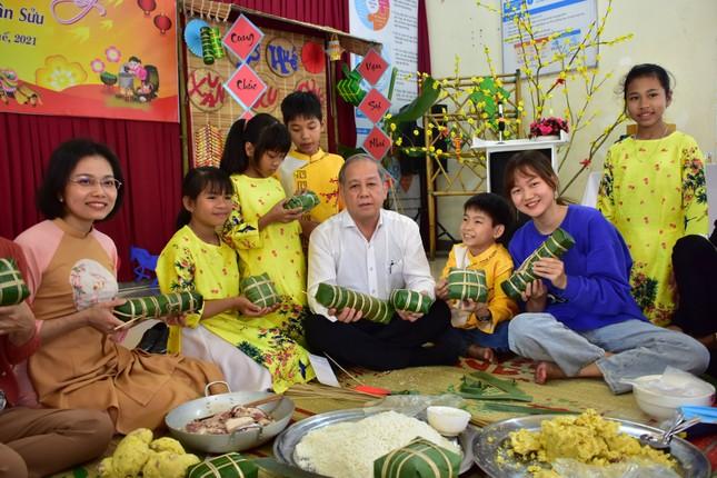 Chủ tịch tỉnh TT-Huế tự tay gói bánh tét mừng Tết trẻ mồ côi ảnh 2