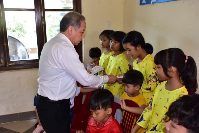 Chủ tịch tỉnh TT-Huế tự tay gói bánh tét mừng Tết trẻ mồ côi ảnh 3