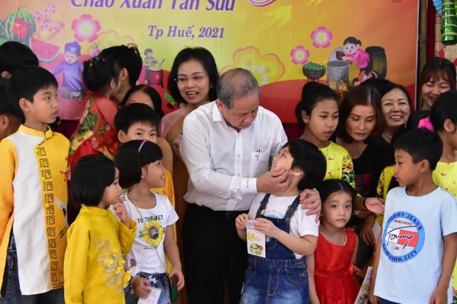 Chủ tịch tỉnh TT-Huế tự tay gói bánh tét mừng Tết trẻ mồ côi ảnh 4