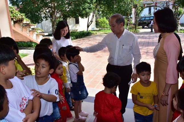 Chủ tịch tỉnh TT-Huế tự tay gói bánh tét mừng Tết trẻ mồ côi ảnh 5