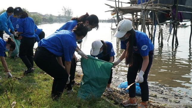 TT-Huế: Chung tay làm sạch, đẹp môi trường trong Tháng thanh niên ảnh 11