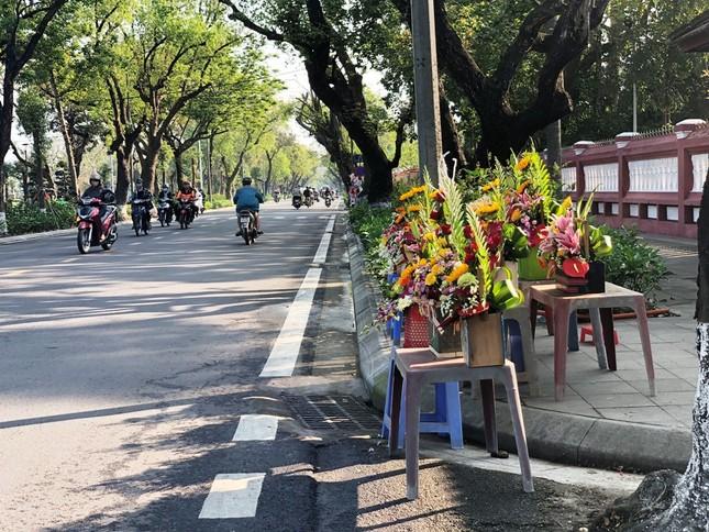 Hoa tươi 8/3 ở Huế ế ẩm do giá cao, hoa giả gắn tiền thật 'lên ngôi' ảnh 3