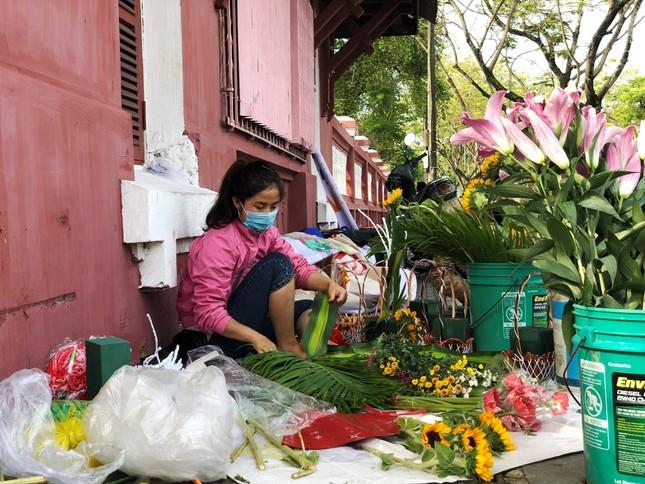 Hoa tươi 8/3 ở Huế ế ẩm do giá cao, hoa giả gắn tiền thật 'lên ngôi' ảnh 7