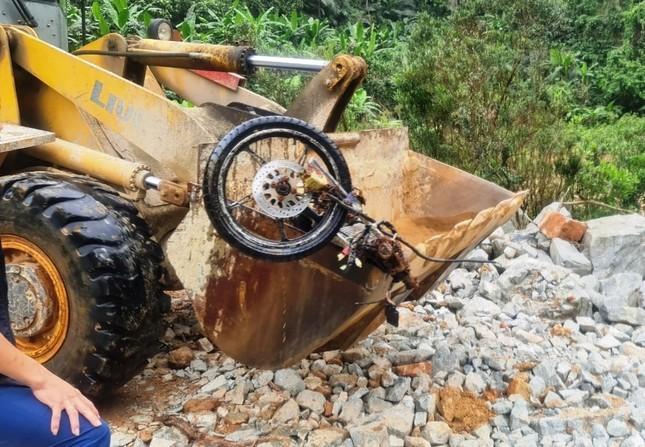 Dùng máy bơm khủng hút nước, tìm người mất tích dưới lòng sông Rào Trăng ảnh 5