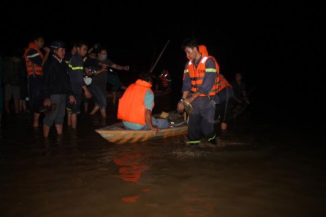Yêu cầu thủy điện dừng xả nước để tìm kiếm thi thể nạn nhân vụ lật ghe ảnh 1