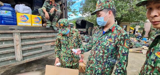 Quân đội hành quân vào Trà Leng, tìm kiếm cứu hộ người mất tích ảnh 9