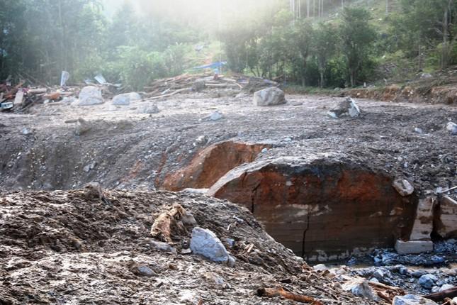 Hàng trăm chiến sĩ xuyên đêm tìm nạn nhân vụ sạt lở đất tại Trà Leng ảnh 6