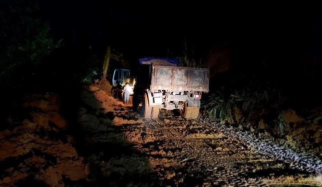 Hàng trăm chiến sĩ xuyên đêm tìm nạn nhân vụ sạt lở đất tại Trà Leng ảnh 1