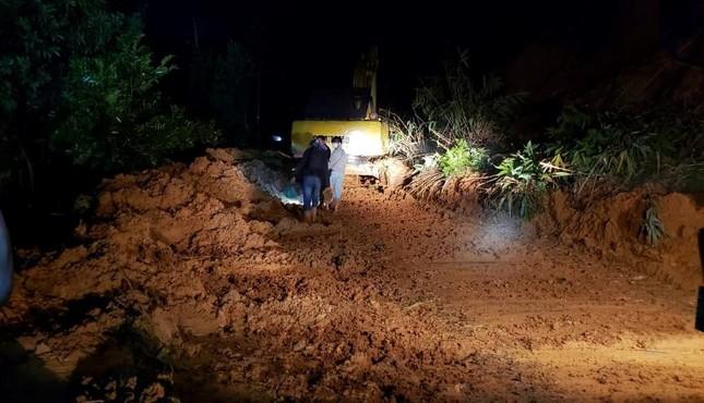 Hàng trăm chiến sĩ xuyên đêm tìm nạn nhân vụ sạt lở đất tại Trà Leng ảnh 2