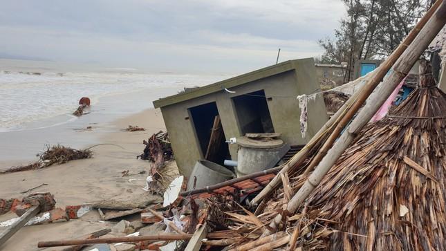 Sóng đánh sập hàng loạt ngôi nhà ven biển Hội An ảnh 7