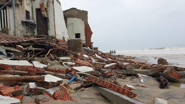 Sóng đánh sập hàng loạt ngôi nhà ven biển Hội An ảnh 8
