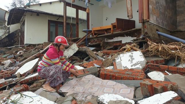 Sóng đánh sập hàng loạt ngôi nhà ven biển Hội An ảnh 10