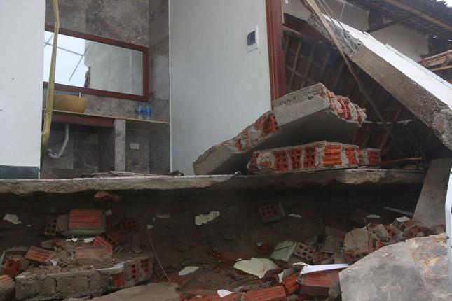 Sóng đánh sập hàng loạt ngôi nhà ven biển Hội An ảnh 11