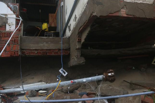 Sóng đánh sập hàng loạt ngôi nhà ven biển Hội An ảnh 1