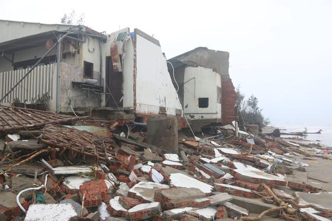 Sóng đánh sập hàng loạt ngôi nhà ven biển Hội An ảnh 2