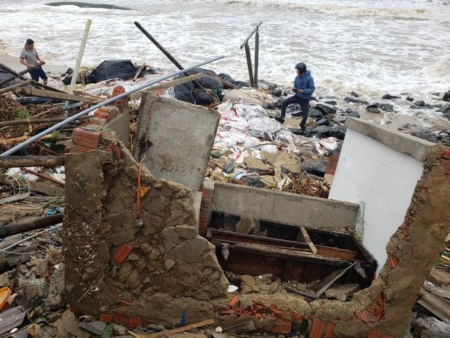 Sóng đánh sập hàng loạt ngôi nhà ven biển Hội An ảnh 12