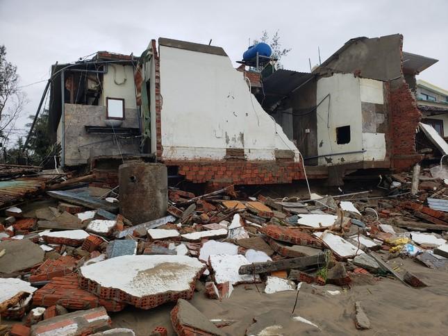 Sóng đánh sập hàng loạt ngôi nhà ven biển Hội An ảnh 13