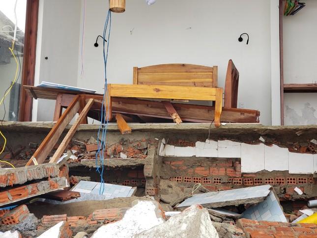 Sóng đánh sập hàng loạt ngôi nhà ven biển Hội An ảnh 16
