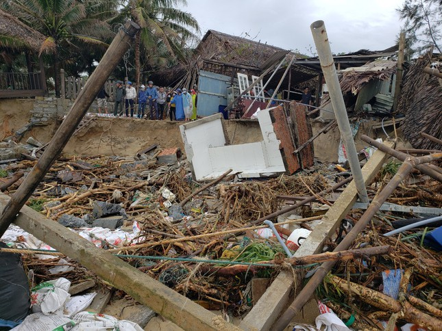 Sóng đánh sập hàng loạt ngôi nhà ven biển Hội An ảnh 17