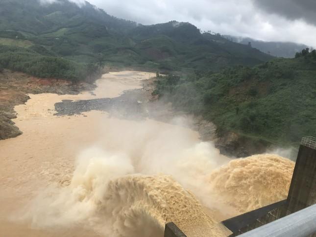 Quảng Nam mưa lớn, đường sạt lở gây chia cắt, nhiều thủy điện xả lũ ảnh 1