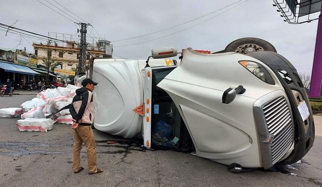 Xe tải lật ngửa giữa vòng xuyến, tài xế thoát chết trong gang tấc ảnh 1