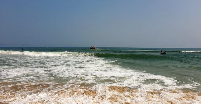 Chàng trai 20 tuổi quên mình lao ra biển cứu sống 3 học sinh đuối nước ảnh 1
