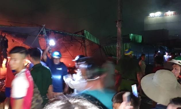 Chợ tạm thị trấn Sông Đốc bốc cháy ngùn ngụt trong đêm ảnh 1