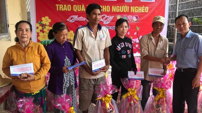 Báo Tiền Phong trao quà tết đồng bào nghèo ảnh 1