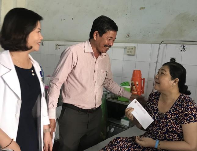 Báo Tiền Phong trao quà Tết cho bệnh nhân nghèo ở Cà Mau ảnh 3