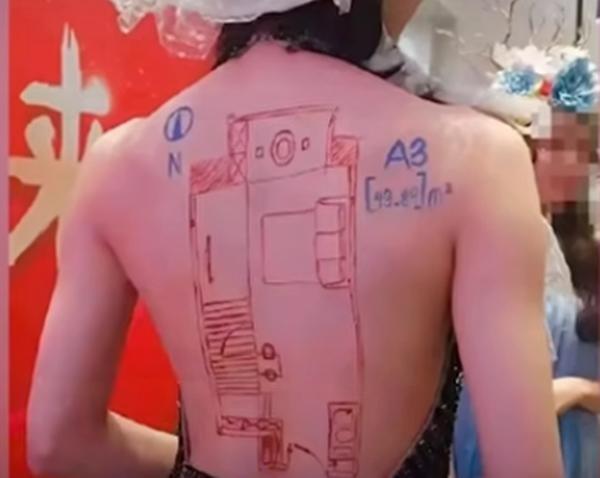 Vẽ sơ đồ nhà đất lên lưng người mẫu nữ để quảng cáo, công ty bất động sản bị chỉ trích ảnh 2