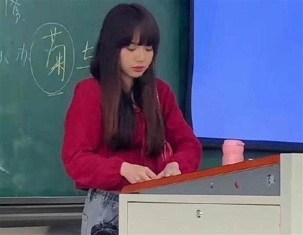 Cô giáo dạy Sử trông giống hệt Lisa (BLACKPINK), khiến sinh viên lúc nào cũng chờ vào học ảnh 3