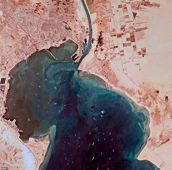 Mở khóa kênh đào Suez: Tàu đầu tiên được đi qua có điểm trùng hợp lạ lùng với Ever Given ảnh 4
