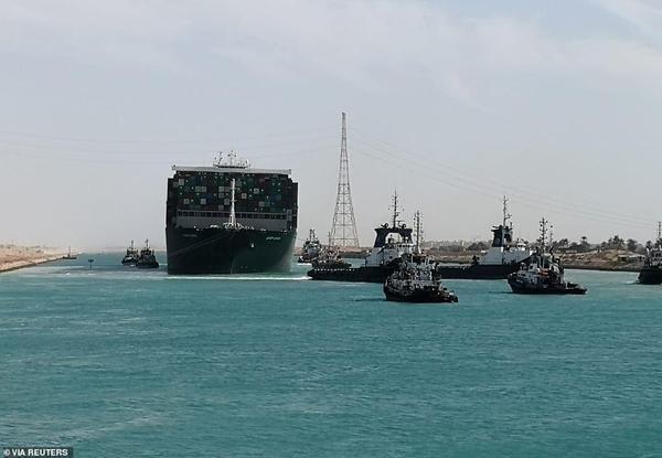 Mở khóa kênh đào Suez: Tàu đầu tiên được đi qua có điểm trùng hợp lạ lùng với Ever Given ảnh 3