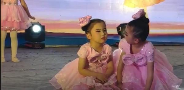 Cô bé đang múa thì ngồi phịch xuống sân khấu để ngủ, bạn đánh thức thế nào cũng không dậy ảnh 1