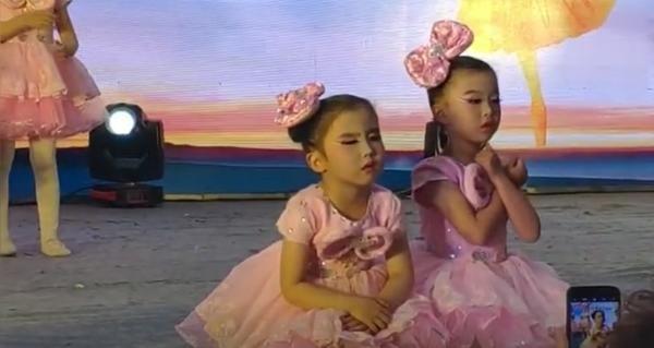 Cô bé đang múa thì ngồi phịch xuống sân khấu để ngủ, bạn đánh thức thế nào cũng không dậy ảnh 2