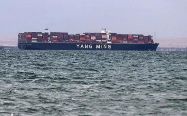 Mở khóa kênh đào Suez: Tàu đầu tiên được đi qua có điểm trùng hợp lạ lùng với Ever Given ảnh 1