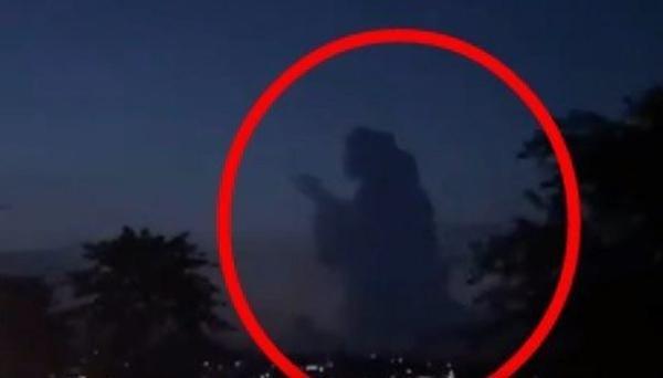 Hình bóng kỳ lạ xuất hiện trên bầu trời ở Indonesia lúc hoàng hôn, cư dân mạng tranh cãi ảnh 1
